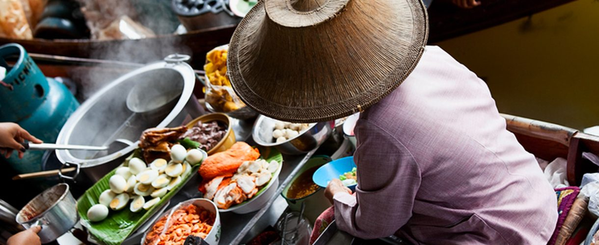 Street food auf dem Floating Market in Bangkok, Thailand